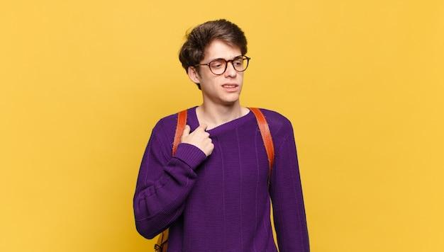 Giovane uomo magro con una borsa