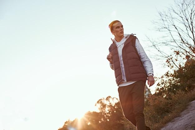 Il giovane blogger turistico in cappello incontra l'alba