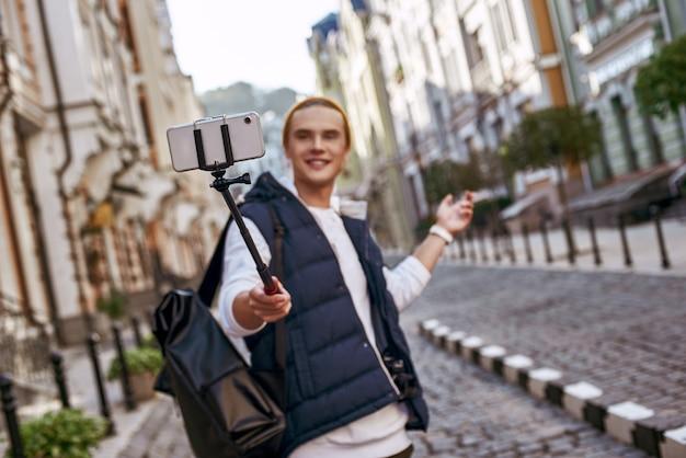 Il giovane blogger turistico sta facendo un selfie