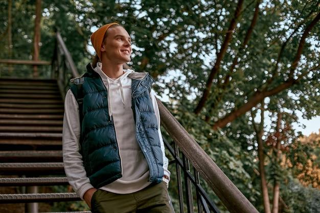 La giovane blogger turistica con il cappello arancione è sui gradini