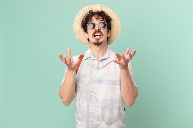 Giovane turista che sembra disperato, frustrato e stressato