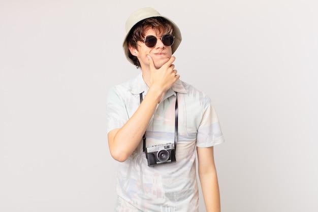 Giovane turista che pensa, si sente dubbioso e confuso