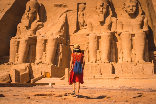 Un giovane turista in abito rosso in cammino verso abu simbel