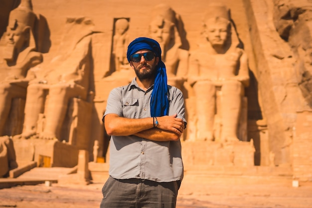 Un giovane turista con un turbante blu in visita ad abu simbel