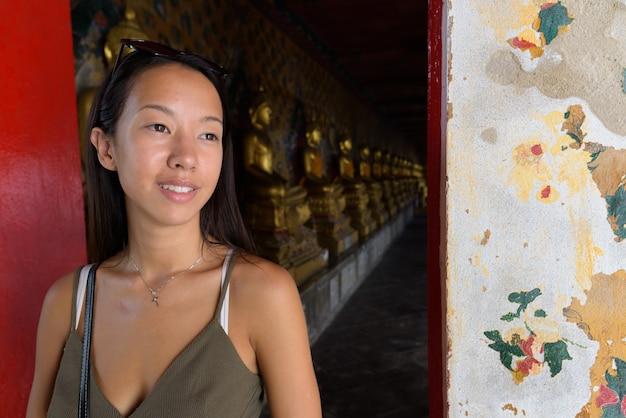 Giovane donna turistica che esplora la città di bangkok