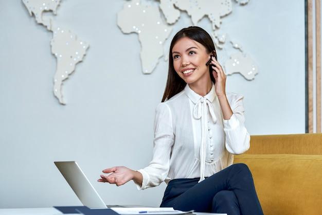 Il giovane agente di viaggio fa una presentazione a un cliente per telefono
