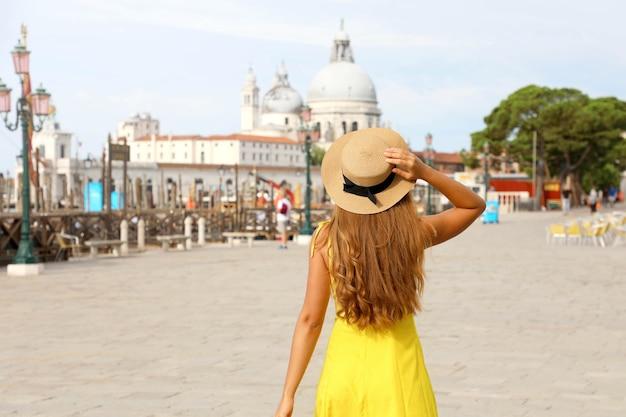 Ragazza giovane viaggiatore durante le vacanze estive in europa