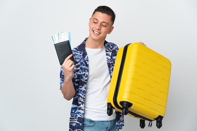 Giovane viaggiatore che tiene una valigia