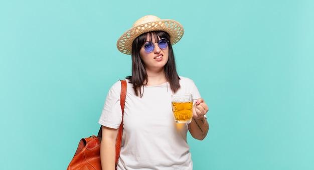 Donna giovane viaggiatrice che si sente perplessa e confusa, con un'espressione stupita e sbalordita guardando qualcosa di inaspettato