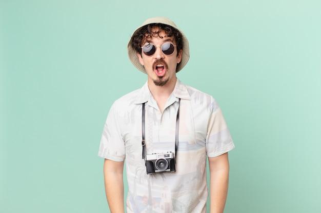 Turista giovane viaggiatore che sembra molto scioccato o sorpreso