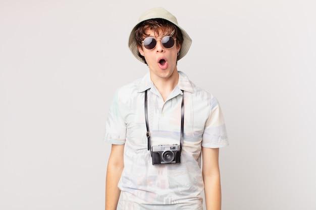 Giovane viaggiatore o turista che sembra molto scioccato o sorpreso