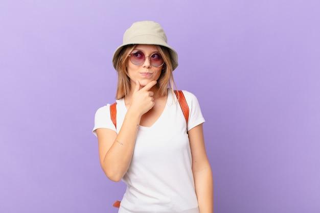 Donna turistica giovane viaggiatore pensando sensazione dubbiosa e confusa