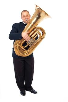 Il giovane tubista sta suonando il suo strumento