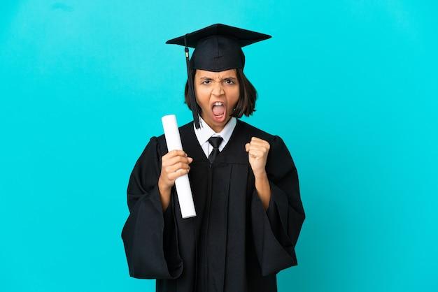 Giovane ragazza laureata su sfondo blu isolato frustrata da una brutta situazione