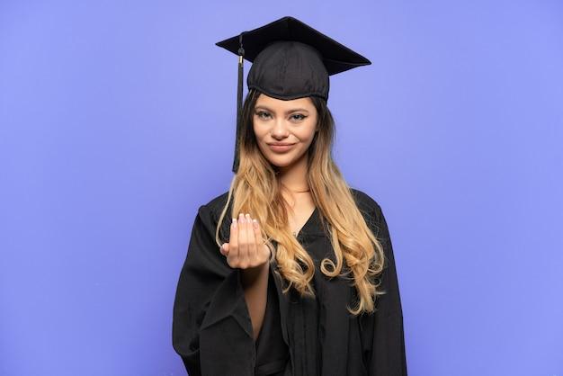 Giovane ragazza russa laureata isolata su fondo bianco che invita a venire con la mano. felice che tu sia venuto