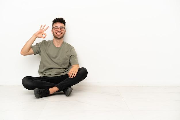 Giovane laureato russo universitario isolato su sfondo bianco guardando in alto sorridendo