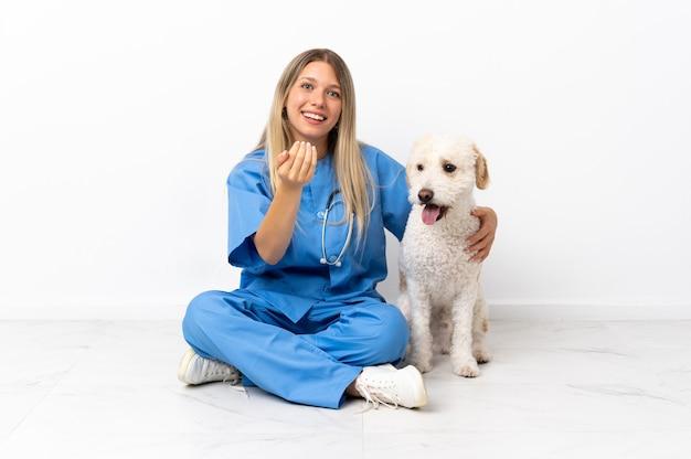 Giovane donna veterinaria con il cane