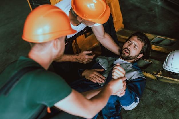 Giovane operaio del magazzino ferito sul posto di lavoro