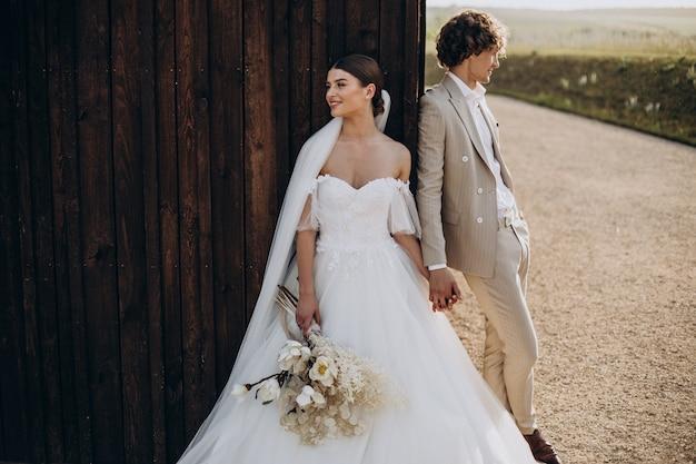 Giovani sposi al loro matrimonio