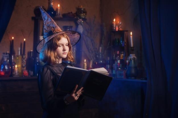 Giovane strega in casa. concetto di halloween