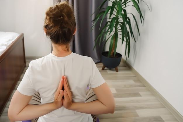 Giovane donna di 20 anni che pratica yoga