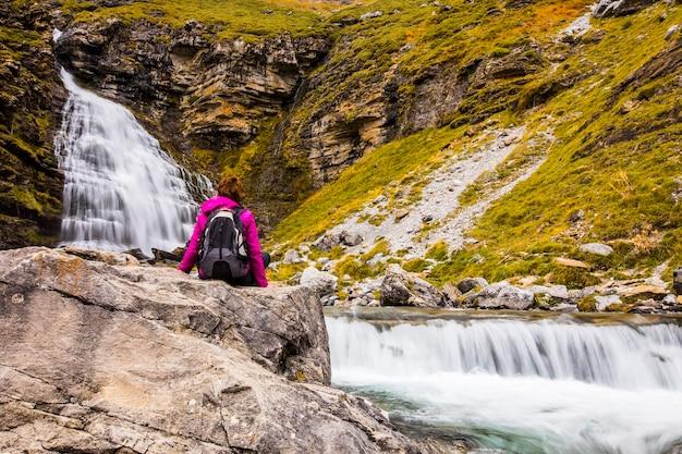 Giovane donna in autunno nel parco nazionale di ordesa e monte perdido, spain