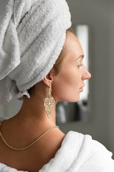 Giovane donna in bagno. routine di cura della pelle. la vita lenta smette di correre a godersi il concetto di vita