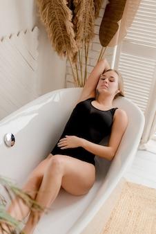 Giovane donna in bagno