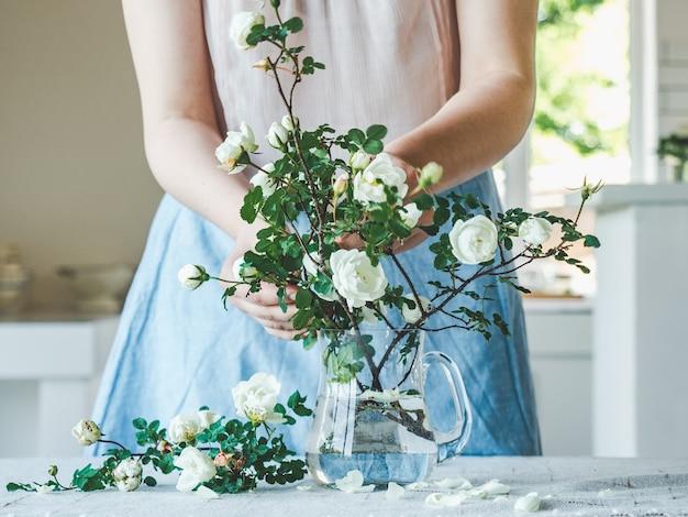 Giovane donna e un bel mazzo di fiori. avvicinamento. foto in studio