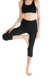 Giovane donna in bellissimi pantaloni da yoga su superficie bianca