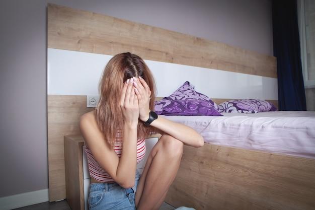 Giovane donna in camera da letto. solitudine. fatica. i problemi