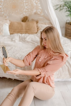 Giovane donna in camera da letto