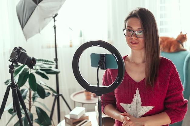 Blogger di giovane donna che si prepara a girare video per vlog