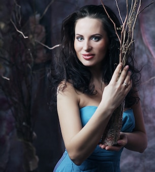 Giovane donna in abito blu