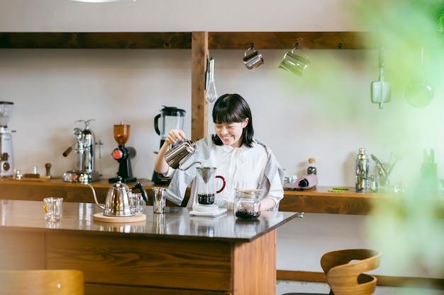 Una giovane donna che prepara il caffè in uno spazio rilassante