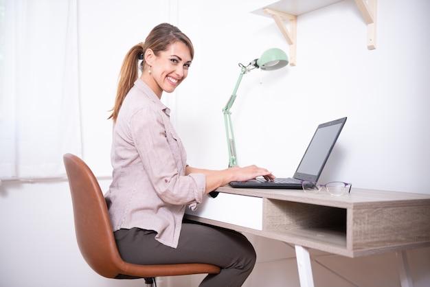 Giovane donna che compra cose su internet