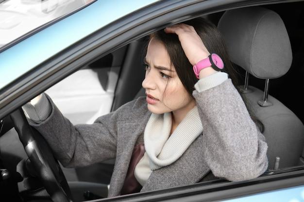 Giovane donna in macchina durante l'ingorgo