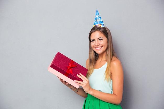 Giovane donna che celebra il suo compleanno