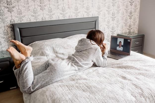 Una giovane donna comunica tramite collegamento video con un uomo durante la quarantena