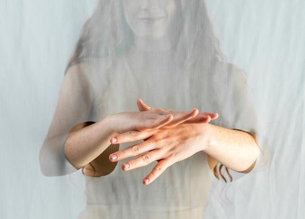 Giovane donna che comunica attraverso il linguaggio dei segni