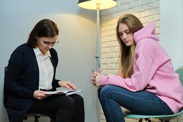 Giovane donna in consultazione con uno psicologo specializzato. la ragazza racconta allo psicoterapeuta le sue esperienze emotive, la salute mentale della giovinezza