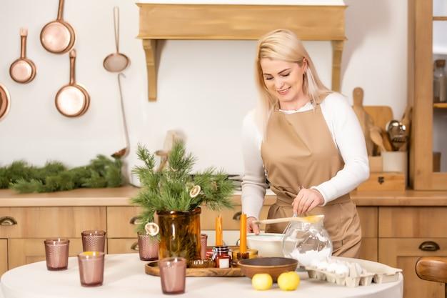Giovane donna che cucina. cucinare a casa. prepara da mangiare
