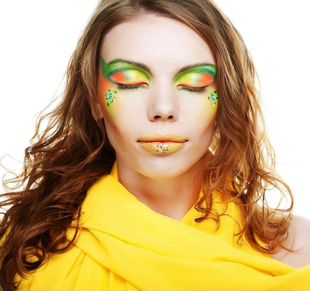 Trucco creativo della giovane donna. Foto Premium