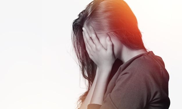 Giovane donna che piange sullo sfondo