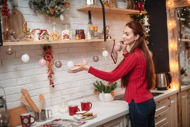 Giovane donna che decora la cucina