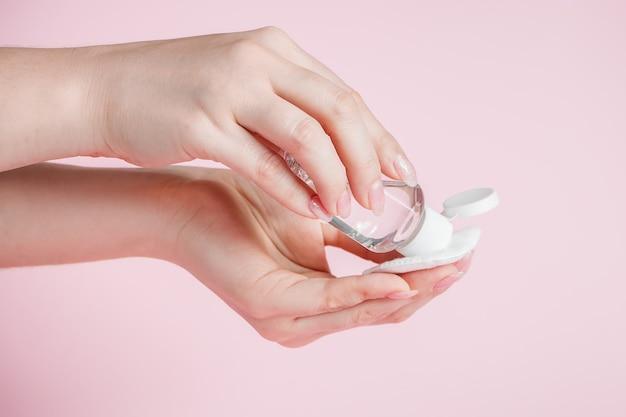 La giovane donna si disinfetta le mani con un liquido antibatterico