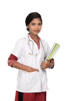 Libro della holding del medico della giovane donna con lo stetoscopio