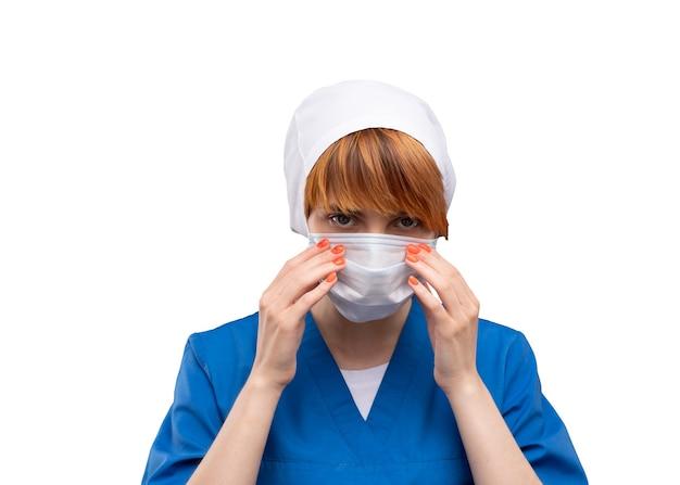 Medico della giovane donna con una mascherina medica sul suo fronte
