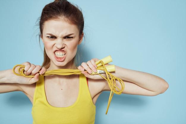 Giovane donna che fa forma fisica a casa, allenamento e yoga.