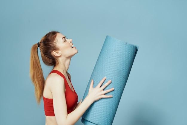 Giovane donna che fa forma fisica a casa